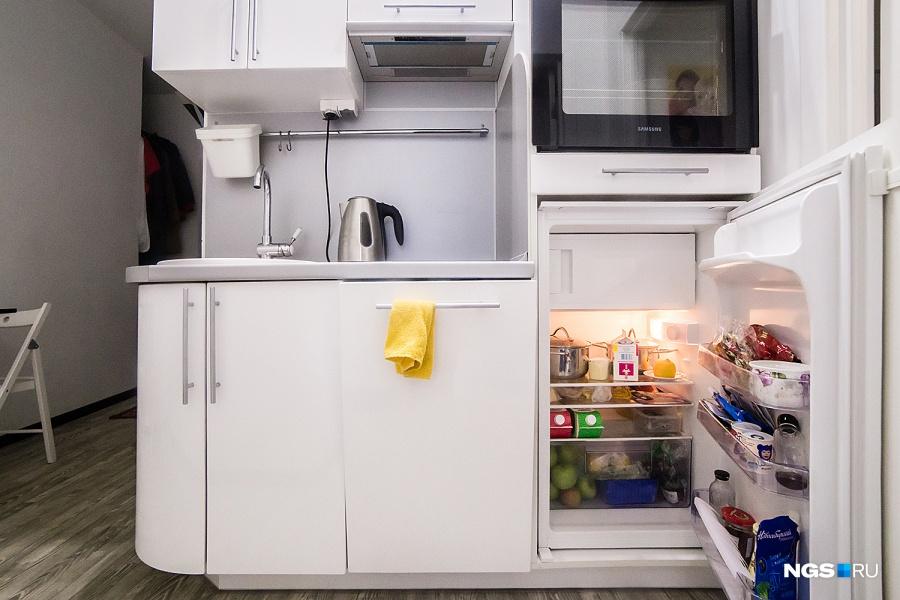 Кухонная зона занимает примерно 5,5 кв. м — здесь поместились и печка, и духовка, и вытяжка, и даже посудомоечная машина. Мебель делали на заказ у мастера, которого посоветовали друзья. «Маленькая квартира заставляет мозг работать…» — начинает Юля. «…Как перебраться в большую», — подсказывает Иван. Юля смеется и продолжает: «Нужно все время думать, как и что сделать. Например, молоко нужно покупать с закручивающейся крышкой, иначе ты его просто не поставишь в маленький холодильник. Продукты мы покупаем в магазине у дома на 1-2 дня».