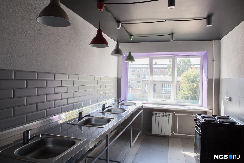 Удивляют в общежитии стильные кухни с цветной подводкой окон. По словам архитектора Татьяны Лейтан, на стенах уральский керамогранит, а матовая мелкая плитка на фартуке — недорогая плитка из Kerama Marazzi: «Она выразительно смотрится, и в тренде. Лампы, характерные для лофта, — из ИКЕА». Скоро на кухнях появятся вторые плиты, разделочные столы и большие чайники.