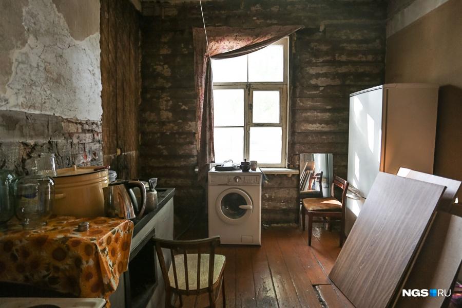 В квартире сейчас буквально голые стены: видно брусья, из которых полвека назад был построен дом, — мать Марины собиралась делать ремонт, да так все и оставила. Дверь в единственную обжитую комнату закрыта, во второй комнате и в кухне двери просто сняты с петель. В мае дом уже начинали демонтировать, но работы пришлось остановить. «Я вынесла документы: мы здесь живем! Если бы меня не было, пришла бы в руины», — говорит Марина.