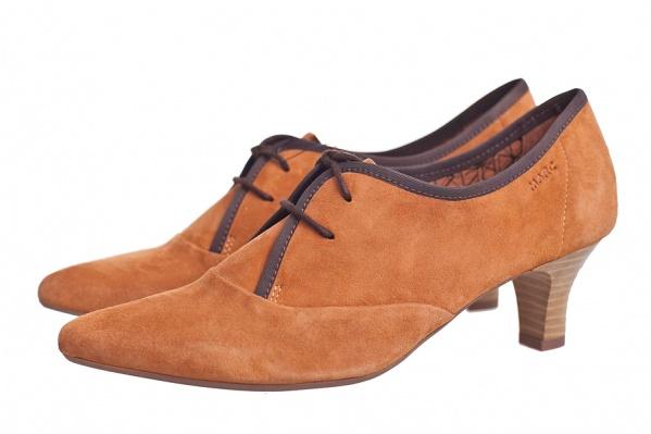 Необыкновенно мягкие замшевые туфельки светло-янтарного цвета с зауженным мыском и «беговым» каблучком. Кто сказал, что удобная обувь не может быть модной? <b>Marc</b>, <price>5590 pуб.</price>