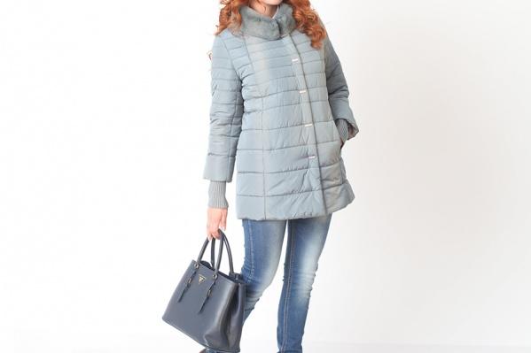 Прямой силуэт, рукава 3/4, воротник-стойка — о чем еще мечтать настоящей моднице? А нежно-голубой цвет точно подарит по-настоящему весеннее настроение. <price>8700 руб.</price>