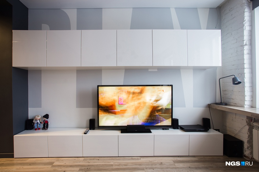 В разных зонах квартиры появились надписи: в гостиной это Play, в спальне — Sleep, на кухне — Eat. «Мы сделали такую концепцию, чтобы во всех комнатах прослеживалась общая идея. Мы все-таки молодые, решили поприкалываться. Плюс буквы большие визуально увеличивают пространство».