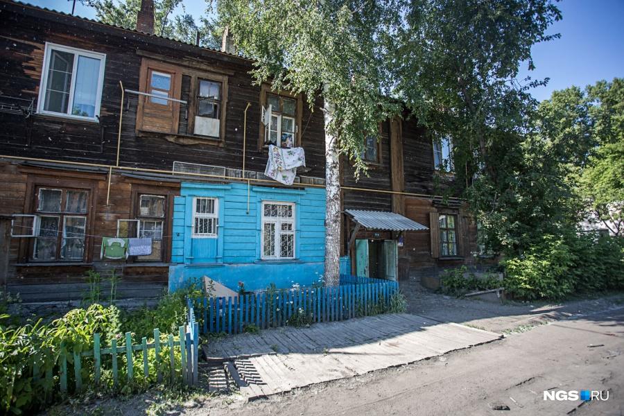 Два аварийных дома здесь уже снесены. Один из них сгорел из-за взрыва газа года 4 назад, а один расселили и снесли совсем недавно, в конце прошлого — начале этого года. Местные говорят, что этому поспособствовала одна из жительниц — она с этой проблемой даже ездила в Москву. Все они получили новые квартиры на ул. Петухова, в ЖК «Матрешкин двор», рассказали их бывшие соседи, но сами они туда ехать не очень хотят — любят свой район.