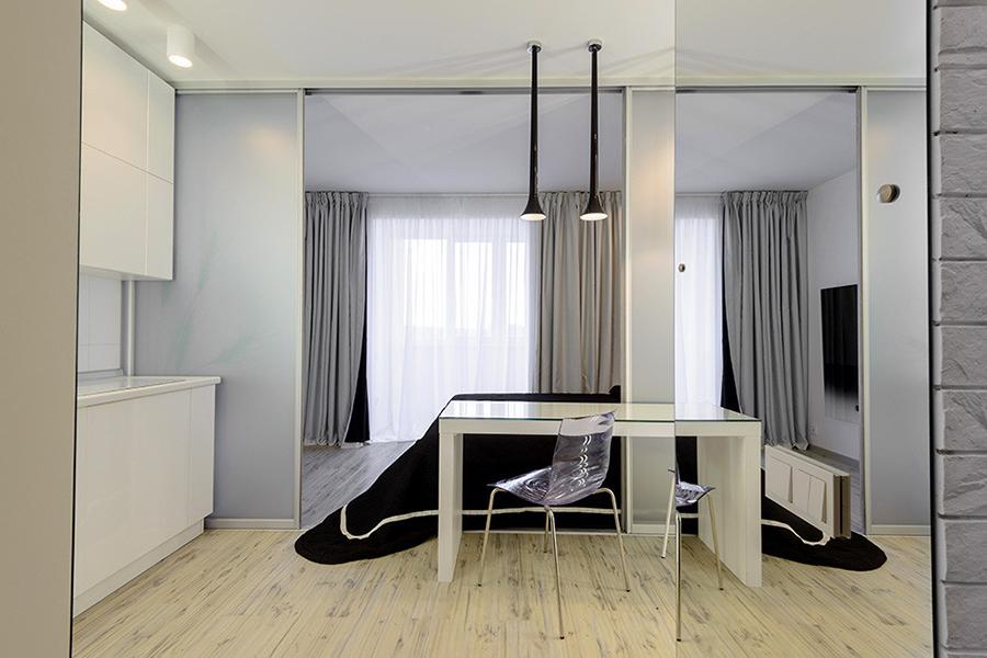Черное покрывало с белой полоской тоже придумала дизайнер интерьера, как и двусторонние черно-белые шторы. Текстиль заказывали в галерее текстильного дизайна «Винтаж».