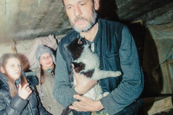 Началось все с рассказа, который опубликовала в интернете жительница деревни Пономарёвка Колыванского района Варвара — о том, что в глухой деревушке Новоалександровка (находится примерно в 180 км от Новосибирска и в 15 км от Пономарёвки), погибают от голода 23 кошки и их хозяин Владимир.