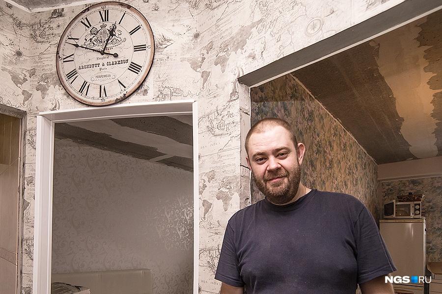 17-этажный кирпичный дом ЖК «Кировский» СМУ-9 сдали в сентябре 2014 года. Хозяин 1-комнатной квартиры на 16-м этаже, Максим, рассказал, что купил квартиру без отделки за 2 млн руб. По словам новосела, его соседи жаловались на то, что бежало с потолков, стены промерзали, но у них в квартире таких проблем не было. Главное неудобство дома — это лифты. Во-первых, работает только один из двух, во-вторых, он очень медленный. «В час пик спуститься на лифте практически невозможно», — жалуется Максим.