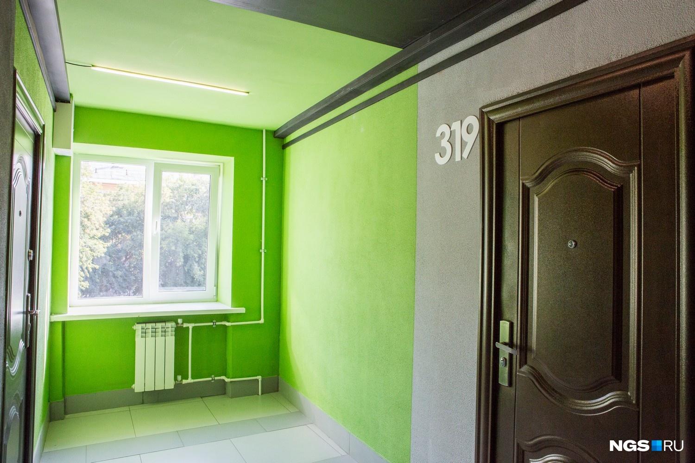 «Нам хотелось сделать что-то более интересное, чем просто покрасить стены, — более яркий, молодежный, современный интерьер. При этом мы понимали, что у нас совсем немного средств, и решили применить графические приемы, — говорит Татьяна Лейтан. — За счет ярких цветовых акцентов мы выделили этажи и с минимальными затратами создали что-то интересное».