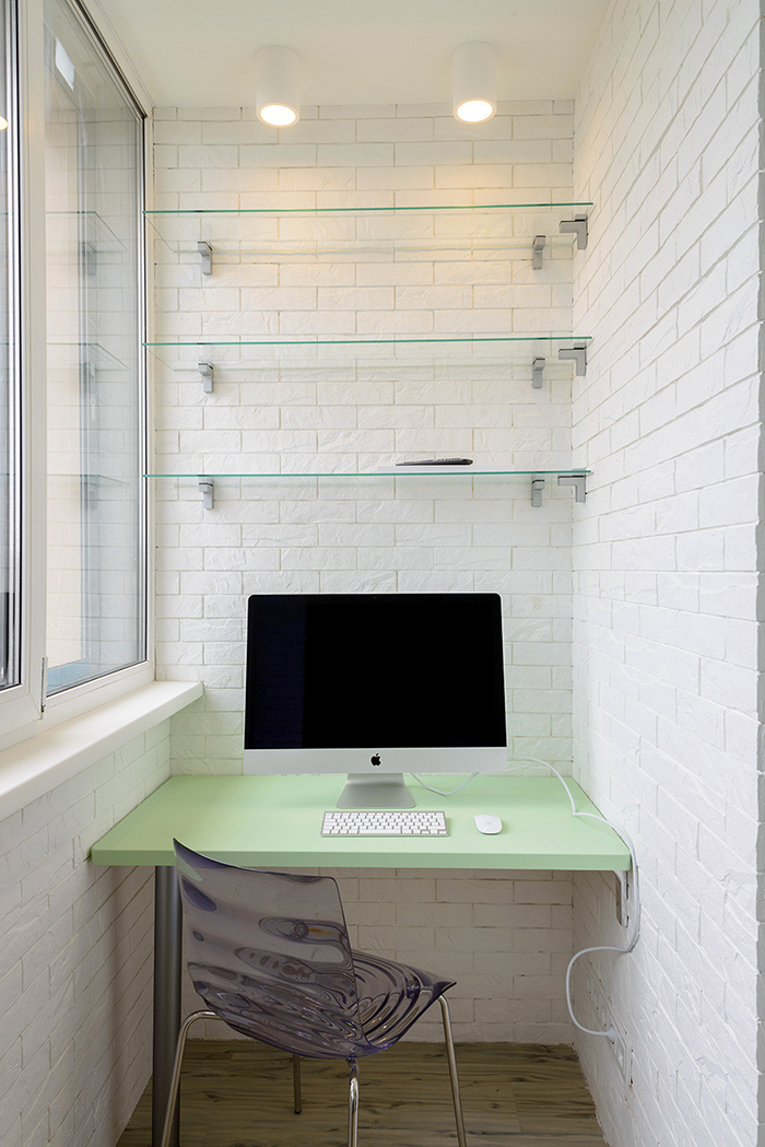 «Так как квартира маленькая, мы утеплили балкон, сделали двойное остекление и обустроили там мини-кабинет, где разместился компьютер, полки и с противоположной стороны — неглубокий зеленый шкаф для бумаг», — рассказала Ольга Симагина.