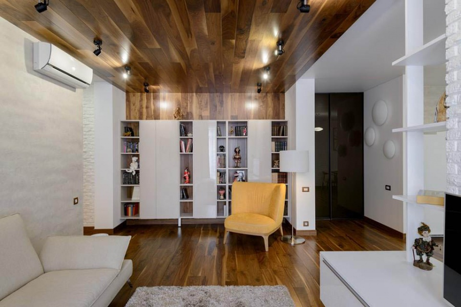 """«Многие говорят: """"Как же вы в гостиной на потолке дерево делаете. Оно же давит"""", — улыбается Ксения Елисеева. — У людей много стереотипов о том, чтó делает комнату якобы меньше или якобы давит. Такой потолок не давит, а создает ощущение камерности и уютности и дополнительно выделяет зону гостиной». Как добавила дизайнер, корпусную мебель для гостиной, детской и гардеробных заказывали у мебельщика Дмитрия Синева."""