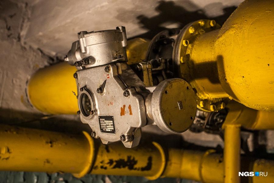 Как указано в правилах поведения в бомбоубежище, в случае прекращения подачи электроэнергии укрывающиеся должны по очереди вращать ручкой привод электроручных вентиляторов для подачи воздуха. Фильтровентиляционные трубы в убежищах — желтого цвета, водопроводные — зеленые, системы отопления — коричневые, электропроводки — черные.
