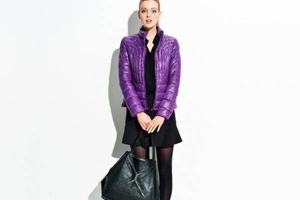 Яркая, легкая и теплая куртка согреет в осеннюю прохладу. Куртка <price>2999 руб.</price>, юбка <price>2299 руб.</price>, ботинки <price>7999 руб.</price>