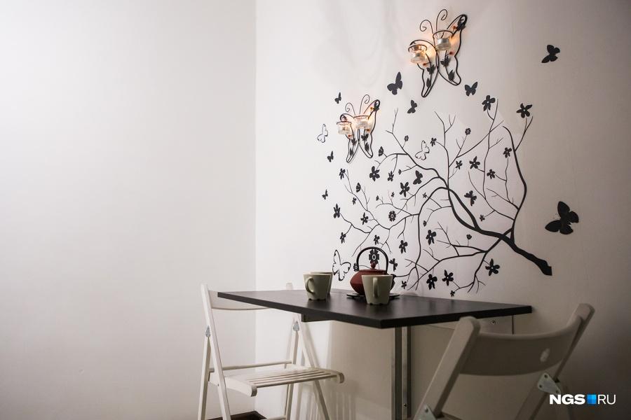 «У нас все складное, передвижное, навесное, мобильное — то, что можно куда-то задвинуть, спрятать, убрать», — показывает Юля на раскладные стол и стулья. Наклейки с бабочками на стену она нашла случайно в магазине «Леонардо». Чтобы квартира казалась больше, семья решила сделать ее белой, просто покрасив стены. «Мне нравится белое пространство: когда в нем появляется что-то цветное, оно становится центром, — объясняет хозяйка. — Это может быть желтый олень, которого дети бросили, или яркое зеленое белье на диване».