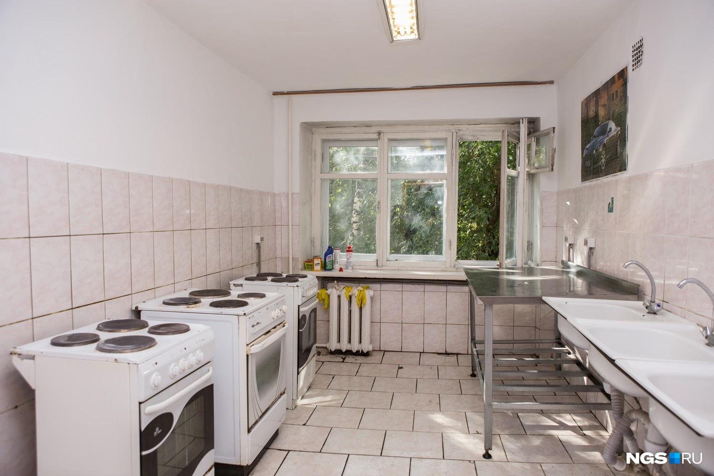 Общежитие № 1 ректор хочет отремонтировать летом 2016 года. Сейчас в общежитиях, где живут примерно по 500 человек, постепенно ремонтируют комнаты — в стадии ремонта 37 комнат.