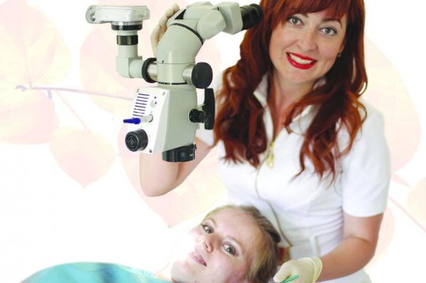 Стоматолог-эндодонтист О.В. Моржуева за работой со стоматологическим микроскопом