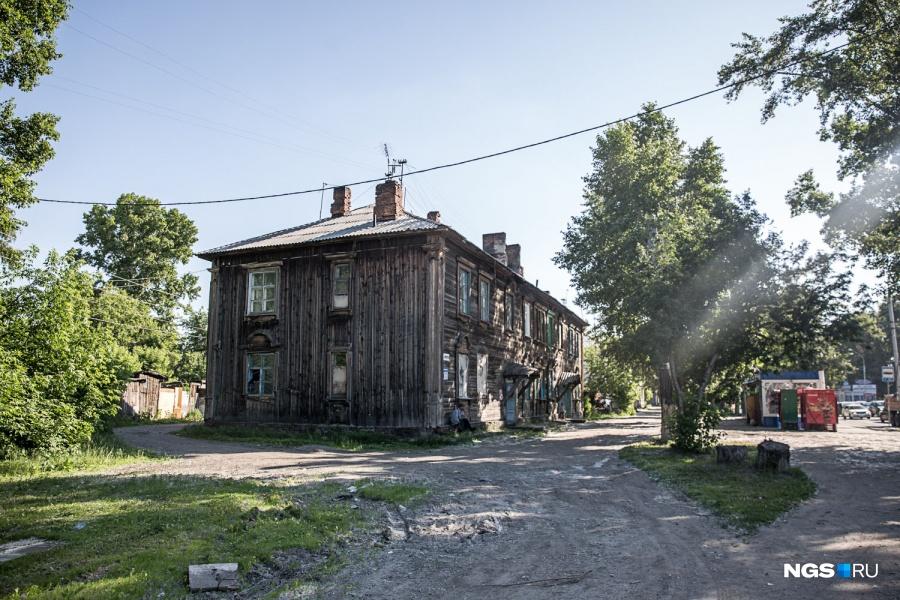 По плану ВССК, жителей аварийных домов предполагалось переселить на ул. Коминтерна — там компания приобрела 2 земельных участка, на которых собиралась построить свои первые в Новосибирске дома. На освободившейся территории должны были вырасти высотные панельные дома общей площадью около 80 тыс. кв. м. Но проект так и не был реализован, а компания отбивается от исков о банкротстве: по данным «Коммерсанта» на 18 июня, с начала года их подано 17. Одна из структур Минобороны пытается взыскать с группы 31 млрд руб., 70 млн долл. она задолжала Росбанку, еще 380 млн руб. — Сбербанку.
