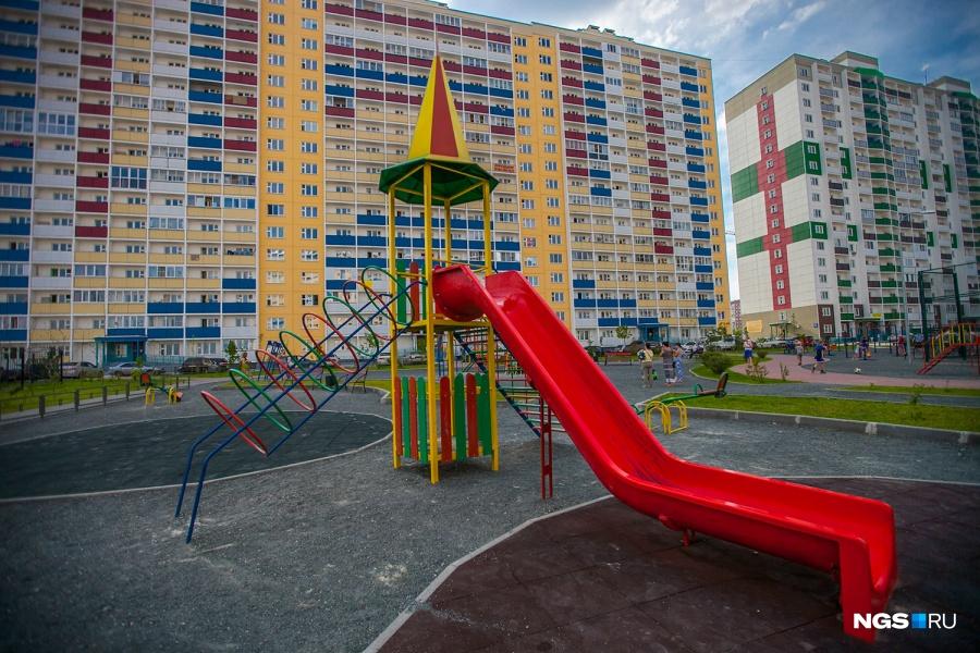 Заключительным пунктом нашего променада по детским площадкам стал жилмассив на Фадеева. В отличие от площадки в «Березовом», тоже построенном концерном «Сибирь», эта гораздо лучше оборудована.