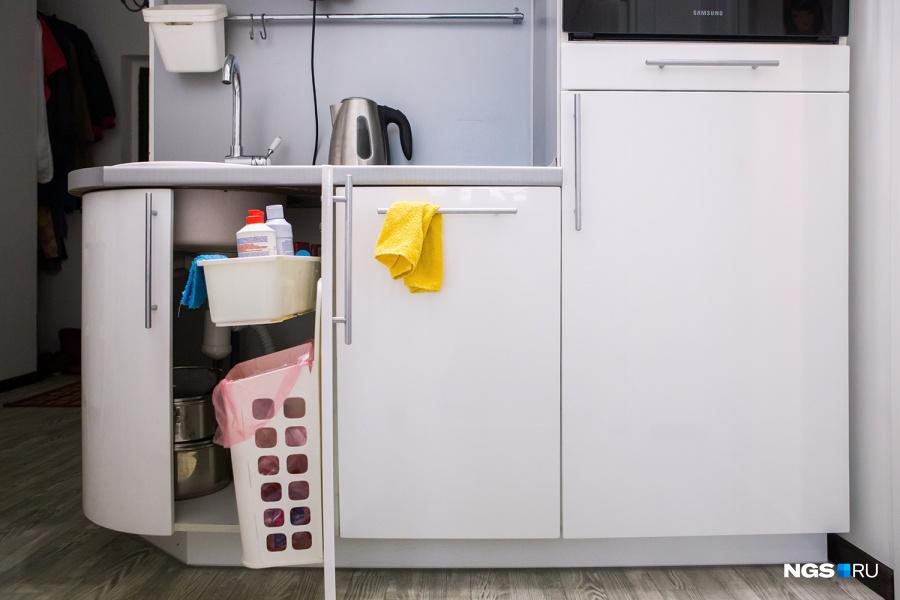 Хозяйка говорит, что ее очень спасает ИКЕА: «Мне она нравится в антропологическом смысле. Когда я хожу по ИКЕА, я всегда думаю, что заставило дизайнера придумать ту или иную штуку, как он столкнулся с проблемой и что-то изобрел». На кухне семья активно использует навесные корзины и ящики из шведского магазина.