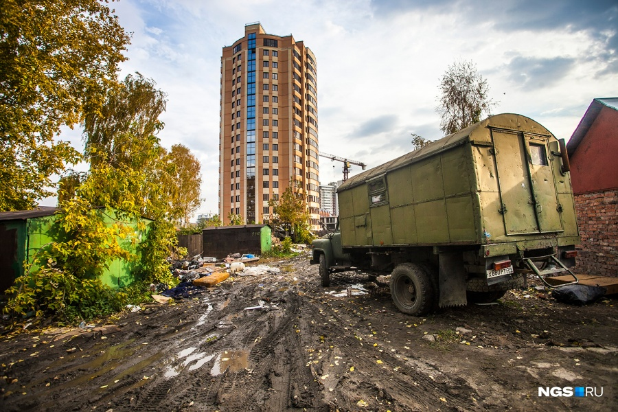 Появление нового дома на Потанинской должно немного привести в порядок окружающие пейзажи, которые еще причесывать и причесывать. И только частные дома, которые строителям сносить невыгодно, вряд ли дождутся скорого расселения.