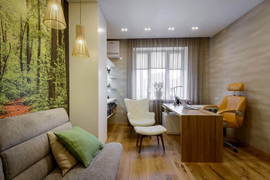 Для кабинета, спальни, ванной и прихожей мебель изготавливал Алексей Клюх. Кабинет решили сделать в экостиле, чтобы во время работы можно было отвлечься и отдохнуть. Светильники в зоне отдыха — Secto 4201, их подбирали к деревьям на фотообоях. На стенах — декоративная штукатурка.
