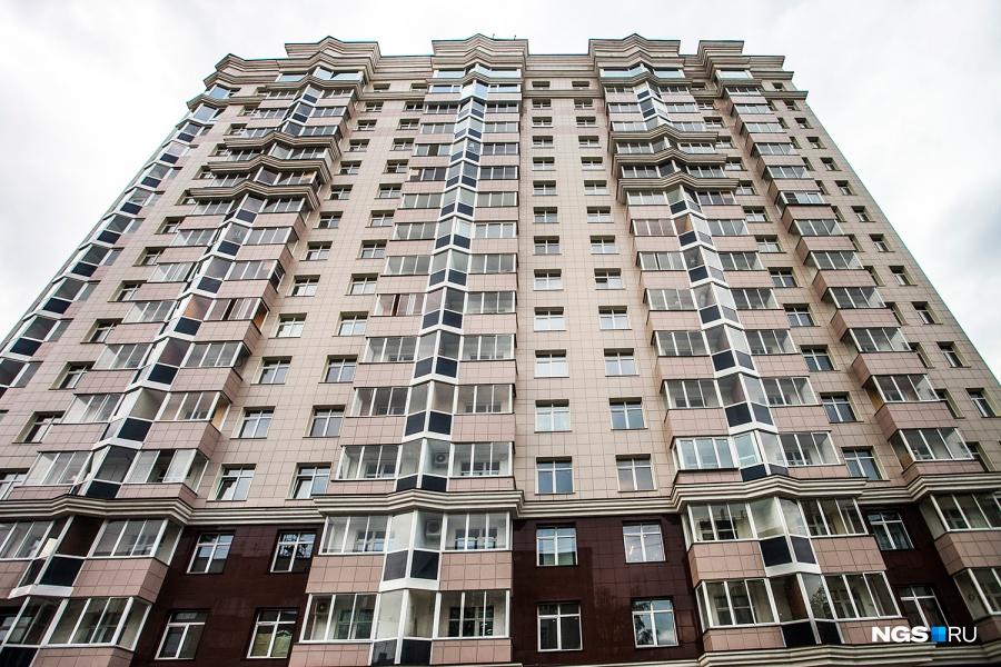 Раньше на Романова, 25 был детский сад, а теперь высится дом компании «КМС». Сейчас самая дорогая квартира в доме — это пентхаус. Собственник просит за 308,6 кв. м 22,5 млн руб. В квартиру ходит личный лифт, есть своя огромная терраса.