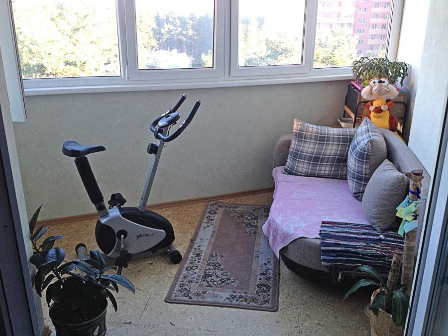 «У нас балконы — это фактически отдельные жилые помещения на период с апреля по октябрь. Их три, — рассказывает Марина Митяшина. — Каждый из них имеет свое предназначение. Этот балкон мой. Тут и велотренажер с видом на сосновый лес, и диван, на котором то кабинетный труд с компьютером, то можно просто на сквозняке поспать. Когда ко мне в гости летом приезжает мама, она просто занимает этот балкон и диван, ей тут нравится».