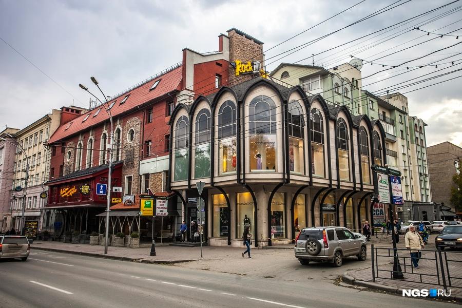 На перекрестке Красного проспекта и Романова есть свой ресторанный дом. По соседству заработал первый в России монобрендовый бутик Roccobarocco, на открытие которого приехал сам основатель бренда.