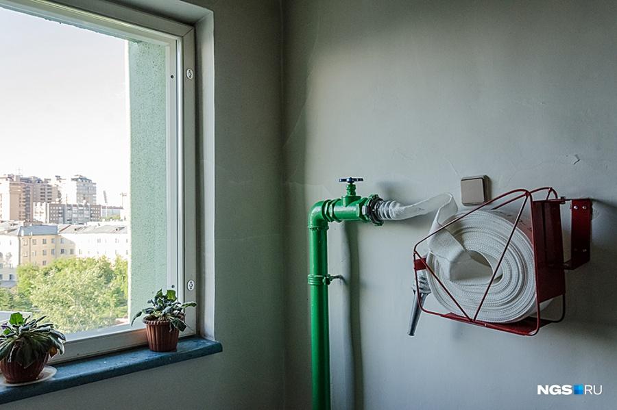 Отделка подъездов достаточно простая. За узкими деревянными дверцами возле дверей в квартиры — настоящая система управления жизнеобеспечением: можно отключить в отдельной квартире свет, воду или отопление, не беспокоя соседей. Внимание уделено и пожаробезопасности: по несколько таких пожарных гидрантов установлено в каждом подъезде.