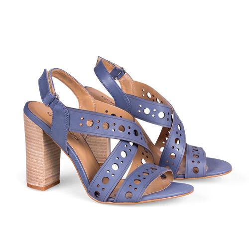 Как вы уже, наверное, догадались, синий — явный фаворит сезона. Синяя гамма, кстати, отлично сочетается с классическими и элегантными силуэтами. <price>2999 руб.</price>