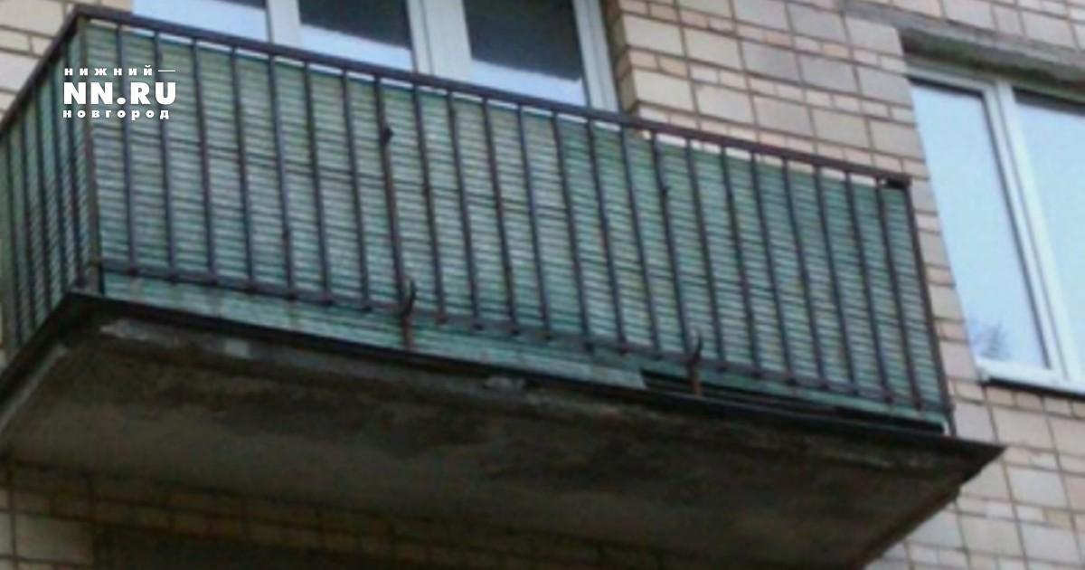 В Ярославском районе ребенок выпал с балкона третьего этажа .